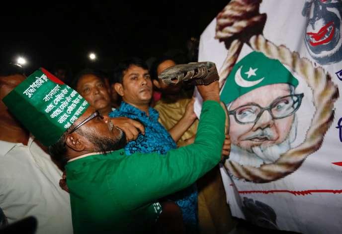 Un Bangladais célèbre l'exécution de Motiur Rahman Nizami, le chef du Jamaat-e-Islami, le principal parti islamiste du Bangladesh, à l'extérieur de la prison centrale de Dacca, le 11 mai.