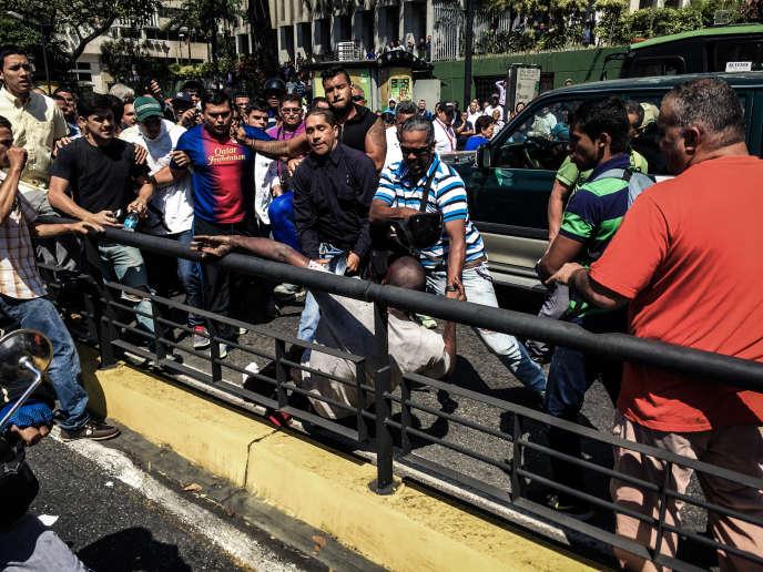 Un voleur présumé frappé par la foule, à Caracas, le 25 février 2016.