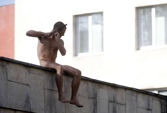 Sur le mur d'enceinte de l'Institut psychiatrique Serbski, à Moscou.