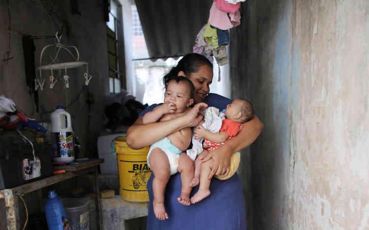 Jacqueline et ses jumeaux à leur domicile, le 20 avril. Pourquoi Laura a-t-elle été contaminée et pas Lucas? Depuis plusieurs mois, l'équipe du professeur Paolo Zanotto, de l'université de SaoPaulo, se penche sur cette énigme. Six cas de jumeaux dizygotes, où seulement l'un des nouveau-nés souffre de cette grave malformation, ont été recensés.