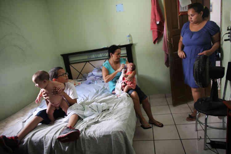Dans sa maison à Santos, Jaqueline est aux côtés de sa mère Manyara qui tient sa petite fille Laura alors âgée de 5mois. A gauche,Paulo, 8ans, s'occupe de son petit frère Lucas, jumeau de Laura.