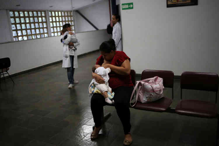Jaqueline allaite Laura tandis qu'un médecin porte Lucas. La famille est venue à l'université de SaoPaulo pour des tests médicaux.