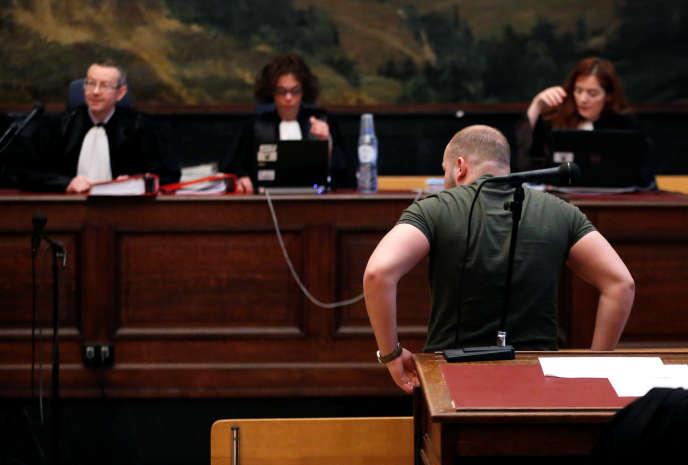 Un suspect non identifié, à droite, au Palais de justice de Bruxelles, en Belgique, le 9 mai.