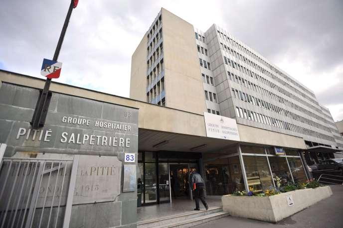 Devant l'hôpital de la Pitié-Salpêtrière, en avril 2009, à Paris.
