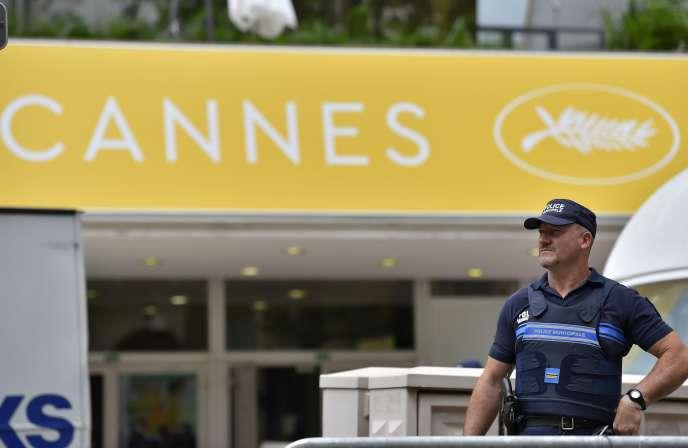 Un policier en faction devant le Palais des festivals à Cannes, le 10 mai 2016, avant l'ouverture du 69e Festival du film.