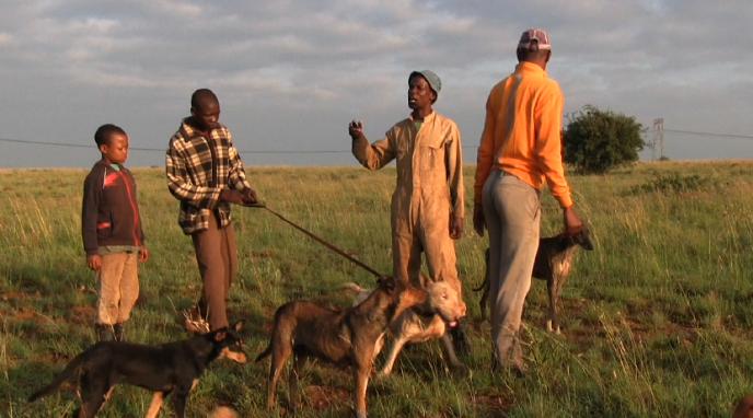 Fanaboy, habitant d'un township, chasse en compagnie de ses enfants dans une réserve privée près de Johannesburg.