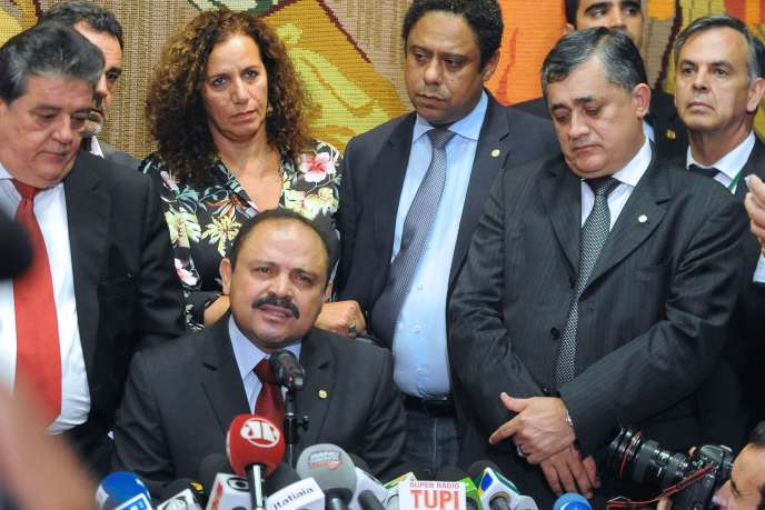 Le président intérimaire de la Chambre des députés brésiliens Waldir Maranhao annonçant la fin de la procedure de destitution de Dilma roussef .
