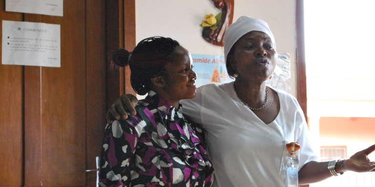 Mekness Ijangde la start-up Gifted Mom (à gauche) en compagnie d'une personne del'équipe médicale de l'hôpital Saint-Martin-de-Porrès, de Yaoundé.