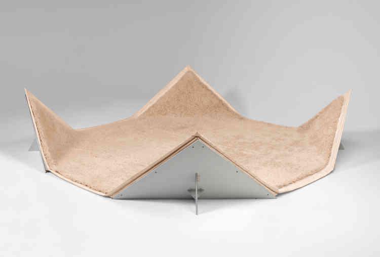 Avec le Tapis-Siège en 1980, entre tatami et origami, Pierre Paulin invente une nouvelle façon de vivre l'habitat domestique.