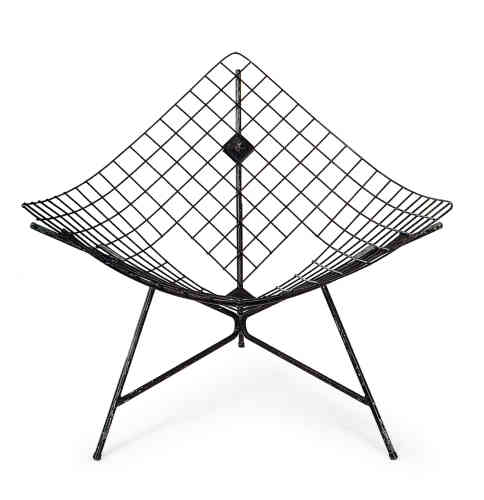 Il est aussi attiré à ses débuts par le design américain, d'où ce fauteuil CM170 dit Tripode Cage (1955), inspiré par la Coconut Chair de George Nelson.
