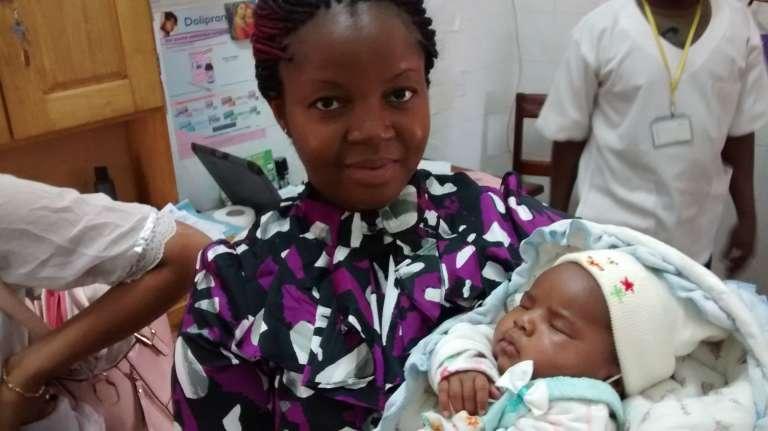 Mekness Ijang, avec dans ses bras un nouveau-né suivi par Gifted Mom.