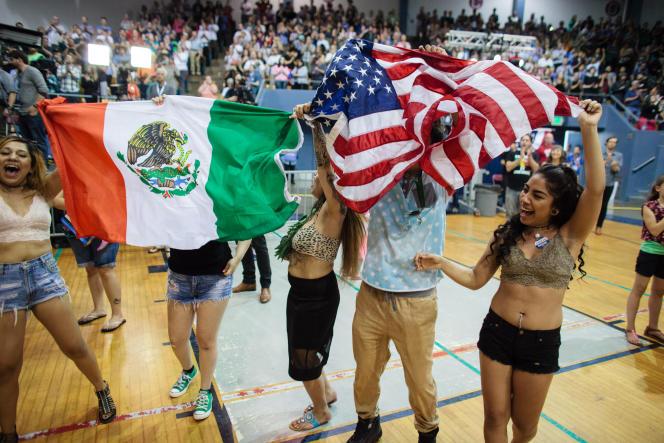 Des supporters Latino-Américains dansent lors d'un meeting du candidat démocrate Bernie Sanders à Salem (Oregon), mardi 10 mai.