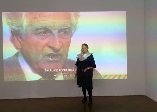 Maïa Wodzislaw Paulin, l'épouse de Pierre Paulin (à l'écran), au Centre Pompidou.
