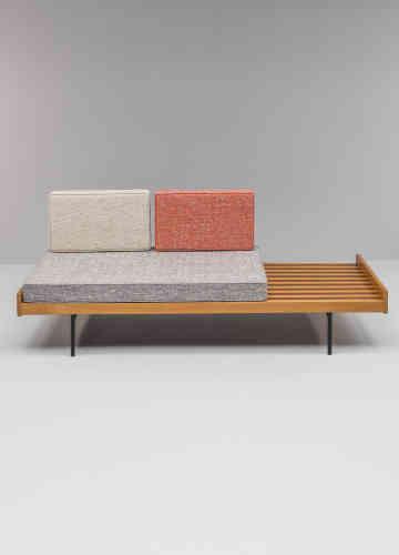 Ses premières créations sont pourtant simples et fonctionnelles, inspiréespar le modernisme scandinave, telle cette banquette 119 de 1954...