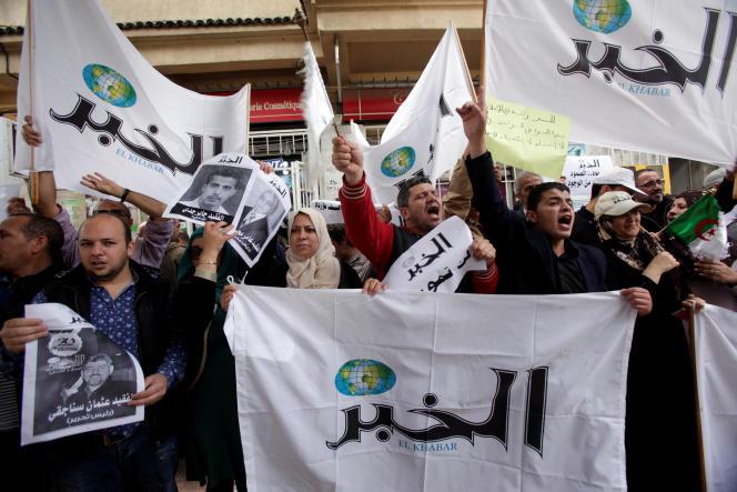 Des journalistes et des employés du quotidien «El Khabar» manifestent devant la cour administrative d'Alger, le 11 mai 2016.