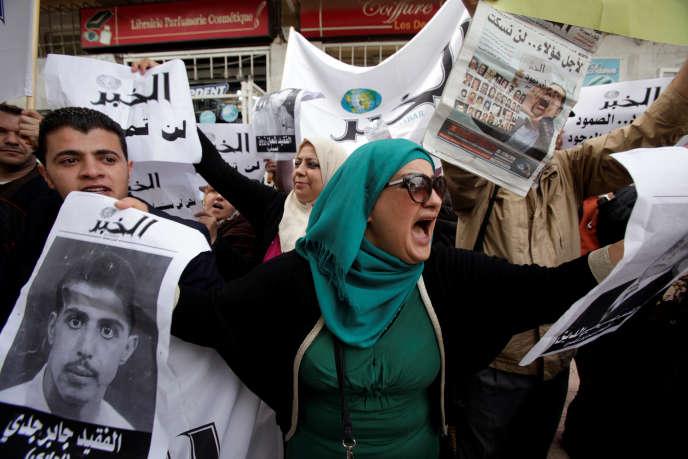 Le 11 mai 2016, à Alger, des employés du quotidien «El-Khabar» manifestent contre la décision du pouvoir algérien de s'opposer au rachat du groupe de presse par l'homme d'affaires Issad Rebrab, connu pour son opposition au régime.