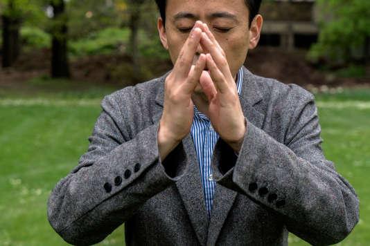 Le professeurLiu Bingkai fait la démonstration des gestes de mise en condition avant une séance de qi gong.