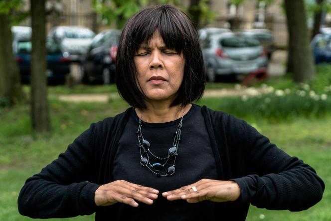 Nathalie, opérée récemment d'une tumeur, pratique quotidiennement le qi gong dans un parc près de chez elle.