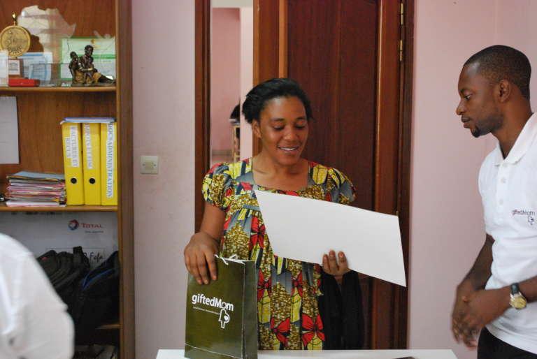 Une bénéficiaire reçue par Alain Nteff dans les locaux de Gifted Mom à Yaoundé.