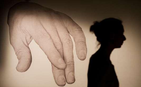 Le droit pénal stipule que tout contact physique avec violence, contrainte, menace ou surprise peut être qualifié d'agression sexuelle, passible de cinq ans d'emprisonnement et 75 000 € d'amende.