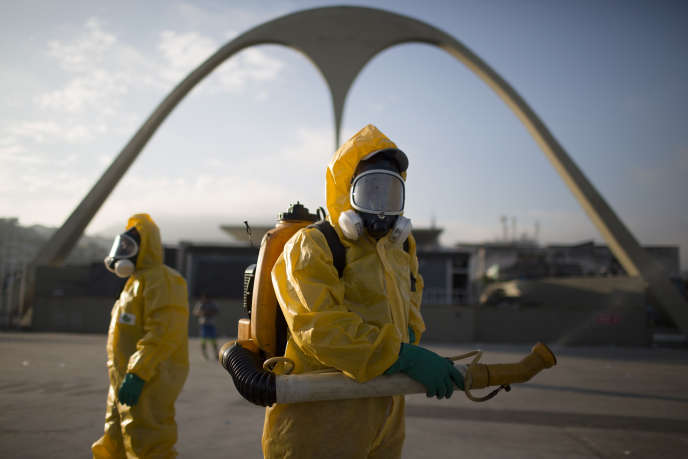 Le 26 janvier, des travailleurs sanitaires dans les rues de Rio.