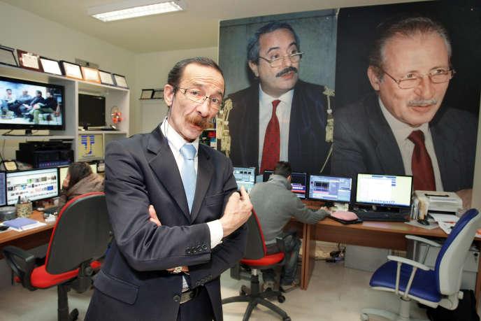 Pino Maniaci en 2013 dans les studios de Telejato, la chaîne de télévision anti-Mafia qu'il dirigeait depuis 1999.