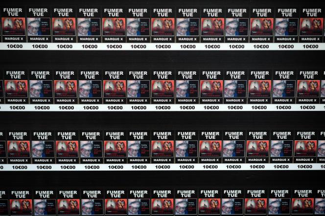 De faux paquets de cigarettes neutres disposés dans un bureau de tabac de Toulouse pour protester contre l'instauration des paquets sans logo, en septembre 2015.