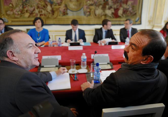 Pierre Gattaz (à gauche) et Philippe Martinez, lors de la présentation de la « loi travail », à Matignon, le 14 mars.