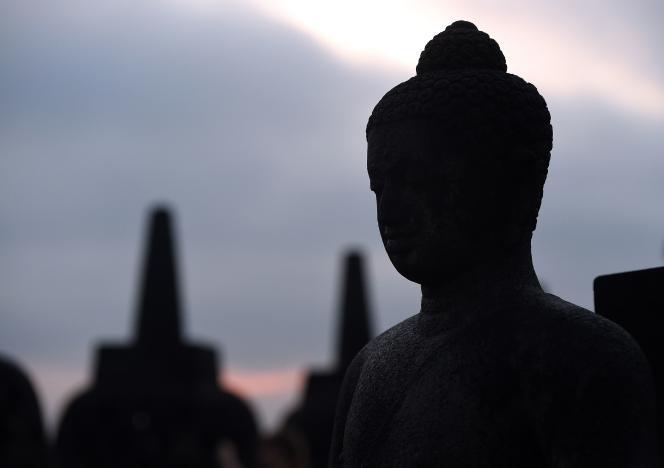 « La méditation revient sous une forme instrumentale – pour être plus performant ! – et marchande – la pleine conscience alimente le business des consultants» (Photo: statue de Bouddha en Indonésie).