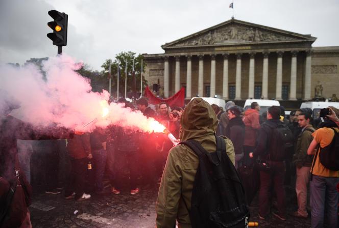 Des manifestants contre l'utilisation du49.3, le 10 mai 2016 devant l'Assemblée nationale,.
