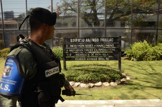 Un policier monte la garde à l'exterieur du siège deMossack Fonseca alors que dessyndicalistes manifestent, à Panama, le 13 avril.