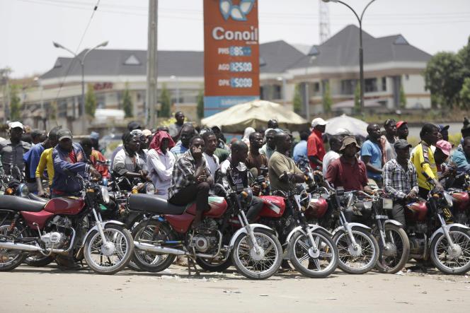 Motocyclistes faisant la queue à une station service d'Abuja. Le prix de l'essence a presque doublé au Nigeria, premier producteur de pétrole en Afrique.
