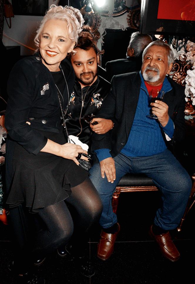 Pablo Ganguli entouré de l'artiste anglaise Amanda Eliasch et du prix Nobel de littérature V. S. Naipaul le 21 mars 2016.