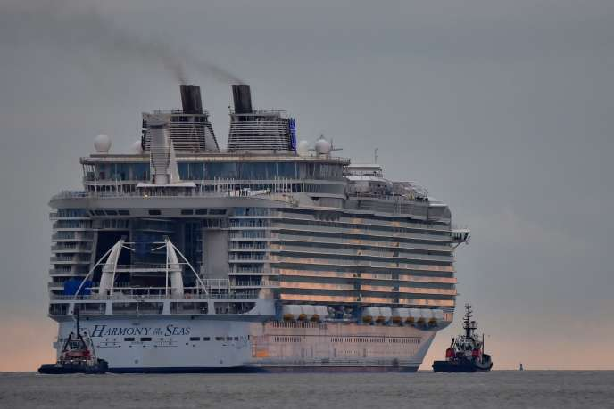 « Harmony of the seas  » quittant les chantiers STX de Saint-Nazaire le 10 mars .