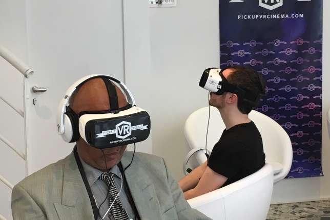 Le cinéma est équipé deSamsung Gear VR, qui fonctionne grâce à un smartphone inséré dans le casque.
