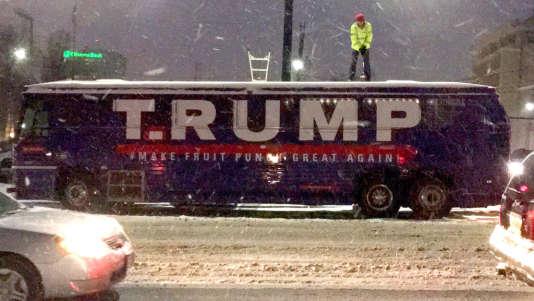 Le collectif d'artistes t.Rutt a racheté l'ancien bus de campagne du candidat républicain, dans le butde dénoncer sa «rhétorique clivante, xénophobe et misogyne».