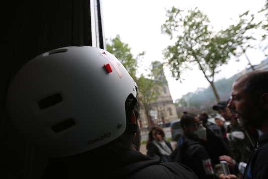 Dans l'entrebaillement de la loude porte cochère, les manifestants observent l'évolution de la situation dans la rue.