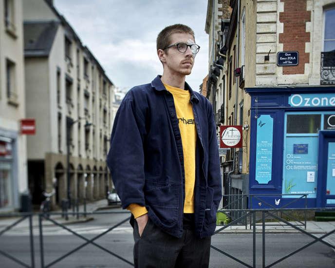Jean-François Martin pose près de l'endroit où un projectile lui a fait perdre son oeil lors de la manifestation du 28 avril 2016.
