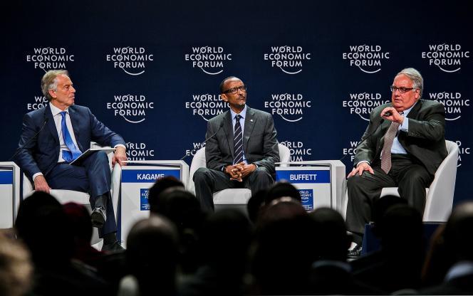 De gauche à droite: Tony Blair, premier ministre du Royaume-Uni (1997-2007), Paul Kagame, président de la République du Rwanda et Howard G. Buffett, président-directeur général de la Fondation Howard G. Buffett, lors du World Economic Forum (WEF), le 12 mai, à Kigali, au Rwanda.