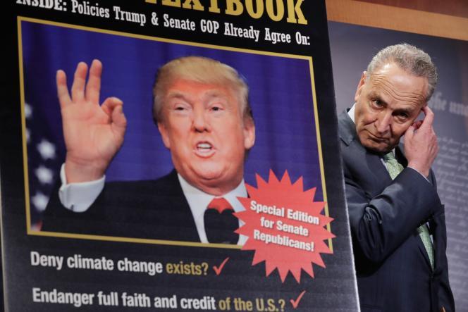 Le sénateur républicain Charles Schumer tient une conférence de presse après les réunions entre le candidat républicain à la présidence Donald Trump et la direction de Parti républicain, à Washington, jeudi 12 mai.