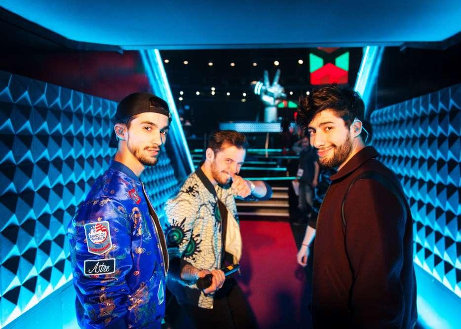 Les Arcadians et MB14, en route pour la chanson qu'ils interprèteront ensemble. Flor, Yoann et Jérôme, les membres du trio, ont cependant été éliminés par le prodige de la beatbox.
