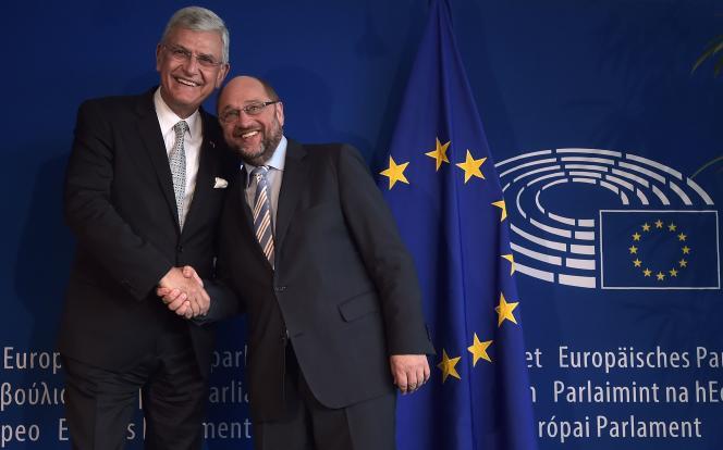 Le ministre turc des affaires européennes, Volkan Bozkir (à gauche) avec le président du Parlement européen,Martin Schulz, à Strasbourg, mercredi 11 mai 2016.