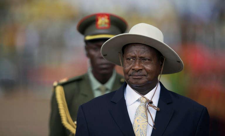 Le président Yoweri Museveni passe la troupe en revue, le 12 mai à Kampala.