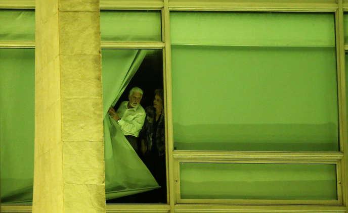 Dilma Rousseff accompagnée de son chef de cabinet, Jaques Wagner, à la fenêtre du palais du Planalto, à Brasilia, mercredi 11 mai.