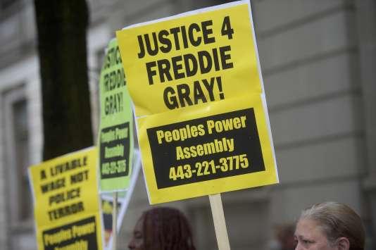 Plusieurs manifestants se sont rassemblés, le 23 mai, devant le tribunal de Baltimore à l'occasion du deuxième procès de l'affaire Freddie Gray.
