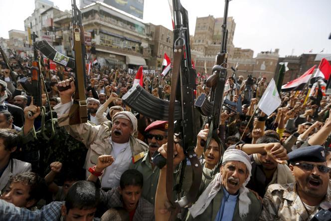 Des rebelles houthistes manifestent leur colère après des raids de l'aviation saoudienne, à Sanaa, en juin2015.