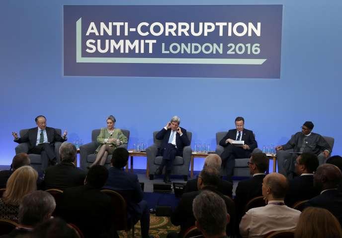 De gauche à droite : le Président de la banque mondiale, Jom Yong Kim ; Sarah Chayes ; le secrétaire d'Etat américain John Kerry ; le Premier ministre britannique David Cameron et le Président du Nigéria Muhammadu Buhari, au sommet anti-corruption de Londres.