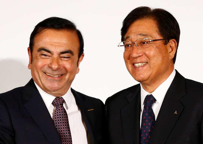 Carlos Ghosn, le PDG de Nissan, et Osamu Masuko, leprésident du conseil d'administration de Mitsubishi,lors de leur conférence de presse commune à Yokohama, au Japon, jeudi 12 mai.