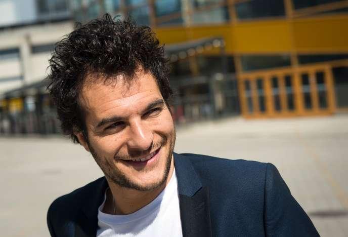 Le sourire charmeur d'Amir n'est pas inconnu des téléspectateurs français. En2013, il avait atteint les demi-finales de la saison3 de l'émission «TheVoice», sur TF1.