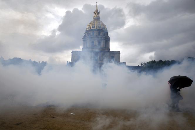 Manifestation contre le projet de loi de réforme du code du travail, place des Invalides à Paris, le 12 mai.